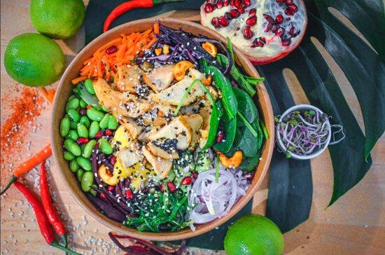POKE BOWL CALIFORNIA  Poulet Teriyaki, riz blanc, mangue, avocat, concombre, carottes, choux rouge, betterave rose, oignons, algues, graines de sésame, sauce poke