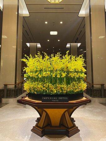 「ホテルロビー装花」4月 春の雰囲気が漂う華やかな装花