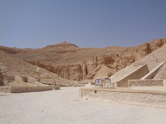 Wejścia do poszczególnych grobowców są dobrze oznaczone i opisane .