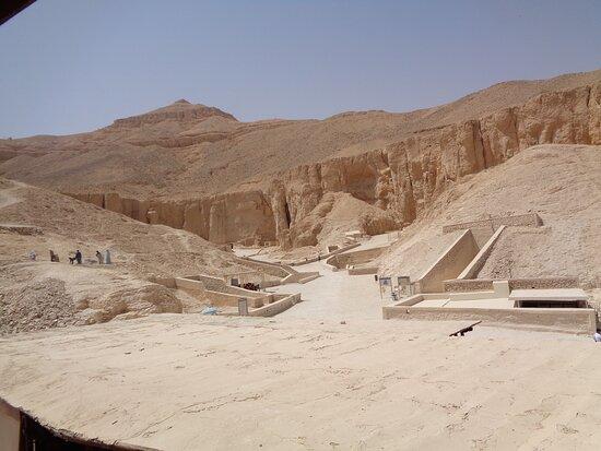 Jak widać na zdjęciu [ po lewej stronie ] ,  prace porządkowe czy archeologiczne przy grobowcach trwają cały czas . Mimo, że to był koniec marca temperatura przekraczał 40 stopni C.