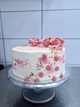 Birthday/wedding cakes (fresh cream)