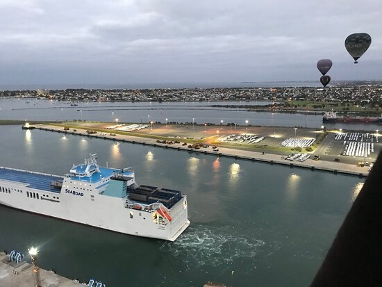 Melbourne Balloon Flights, The Peaceful Adventure: Flying past all the ships in docklands