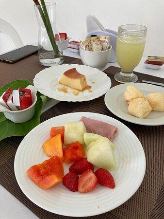 O café da manhã do Recanto Itaguá possui variedades de pães, bolos e frutas da época