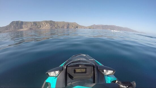 Approaching Catalina Island in such pristine conditions! (Just look at that water!)