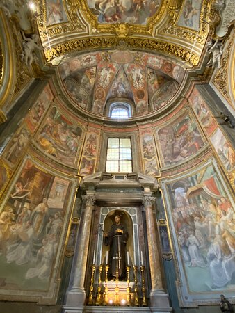 The left hand end of the transept is a chapel dedicated to St Francis of Assisi. The altarpiece is a 17th century statue of him, and the frescoes showing scenes from his life are by Nicola Trométta.