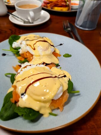 Tokoroa, New Zealand: Salmon Eggs Benny, Cornfritters, curly fries & great tea.