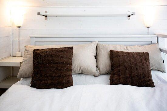 Lilla stugan - 160 cm säng på sovloftet