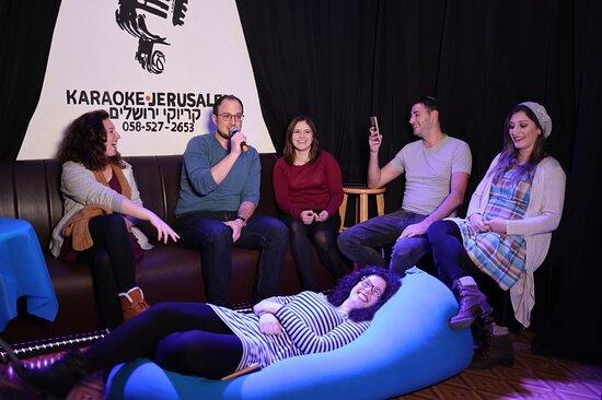 קבוצה של חברים בקריוקי ירושלים