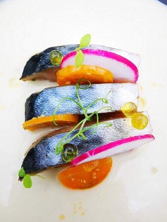 Cocina de verano. Ajo blanco con caballa marinada y uvas.