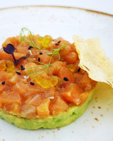 Cocina de verano. Tartar de salmón, cremoso de aguacate con crujiente de papadum y brotes.