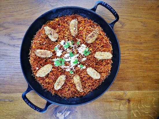 Taller de cocina española vegana. Fideuá con verduras y pescado de coliflor marinado con alcaparras y polvo de alga nori con alioli vegano.