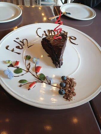 este pastel de chocolate es excelente y muy equilibrado en sabor, todos los postres que reara la Chef Gloria son deliciosos
