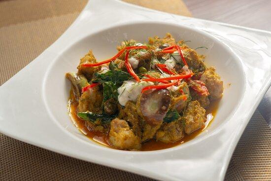 แกงเขียวหวานลูกชิ้นปลากรายผัดแห้ง เนื้อปลากรายแท้ๆ ขูดเองเพื่อคุณภาพของอาหารทุกจาน