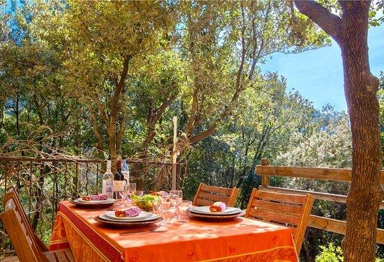 U Fiume est un gîte dans une maison composé de 2 chambres, d'un séjour/cuisine et d'une salle d'eau. Terrasse et jardinet, vue maquis. Plage à 500 m. 4/5 personnes. De 450 € à 970 € la semaine.
