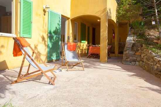 U Scogliu est un studio dans une maison composé d'un coin chambre, d'un séjour/cuisine et d'une salle d'eau avec toilettes. Terrasse, jardinet et vue montagne. Accessible aux PMR. Plage à 500 m. 2/4 personnes. De 350 € à 750 € la semaine.
