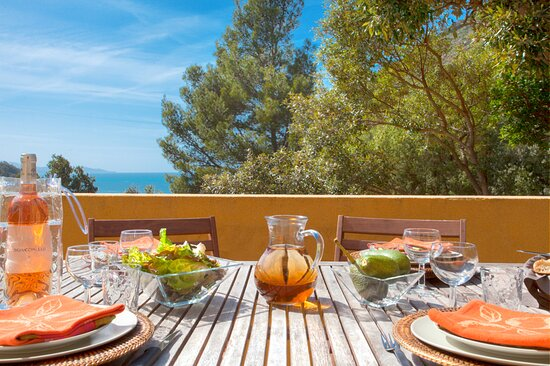 U Mare est un gîte dans une maison, composé d'une chambre, d'un séjour/cuisine et d'une petite salle d'eau. Terrasse avec vue panoramique mer et montagne. Plage à 500 m. 2/3 personnes. De 550 € à 900 € la semaine