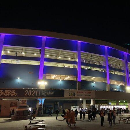 4月にZOZOマリンスタジアムに行きました。 春のナイトゲームは、とても寒かったです… マリンスタジアムは、 外周のグルメが充実しています。 外野スタンドの中の売店は、 今ひとつの印象です。 夜はスタジアムが七色に光輝き、 とても綺麗でした!  また、プロ野球観戦に行きたいと 思います!