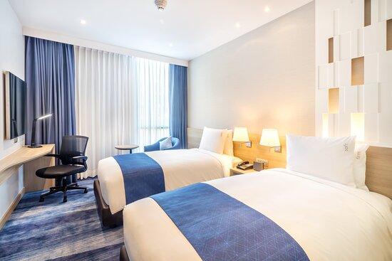 Holiday Inn Express Bangkok Soi Soonvijai Twin Bed Room
