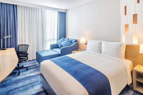 Holiday Inn Express Bangkok Soi Soonvijai Standard Room with Sofa