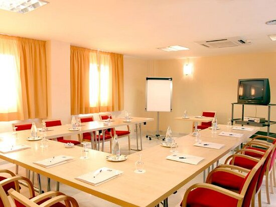 A 40-square-metre meeting room with natural daylight