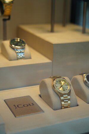 The modern design, elegance & shine are the elements that characterize the women's watch brand JCou!