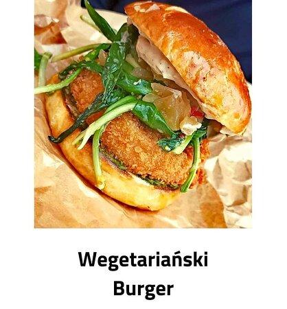 Naszego wypieku bułka preclowo-burgerowa z stekiem z selera w panko / czosnek niedźwiedzi / majonez wegański / dżem z jabłek i chilli
