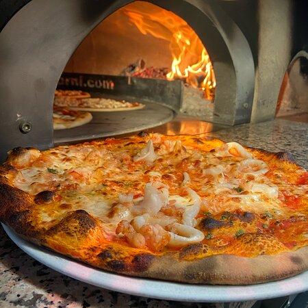 Pizza Mediterrana belegt mit Garnelen, Calamari und Shrimps