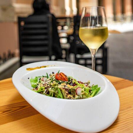 El Centro Historico, Málaga, una terraza, una copa de vino, el calor del sur y una ensalada fresquita para ir abriendo el apetito. Se puede pedir algo más??