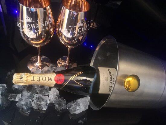 Berlin, Germany: Für den Romantischen Abend zu zweit unser Moét Champagner Set mit Original Moét Gläsern,Champagnerkühler und Eiswürfeln. Lieferung am gleichen Tag, auch innerhalb 1 Stunde bis 3uhr Nachts.