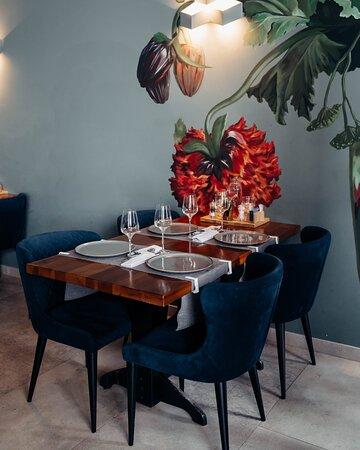 Наверняка вы уже выбрали любимый столик в нашем ресторане 🤗 ⠀ Вам нравится наблюдать за открытой кухней или ловкой работой бармена на втором этаже? Или предпочитаете подсматривать за жизнью города, наслаждаясь вечером на первом? ⠀ Забронируйте столик по номеру 206-70-76, а наш менеджер с удовольствием подберёт комфортное место для вашего отдыха 🥂