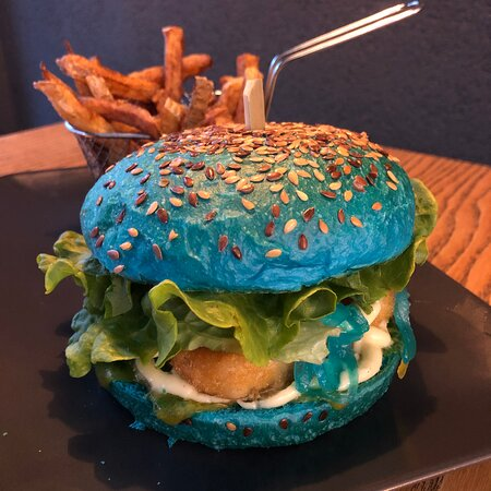 Le Waikiki est un burger original composé d'un bun bleu, de filet de colin d'Alaska façon fish & chips, de cheddar, de compotée d'oignons au curaçao, de salade verte bio et de la célèbre mayo du Chef.