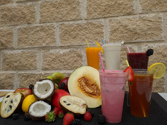 Jugos naturales: Maracuyá, coco, fresa, mora, mango, melón, guayaba, guanábana, piña y aguapanela.