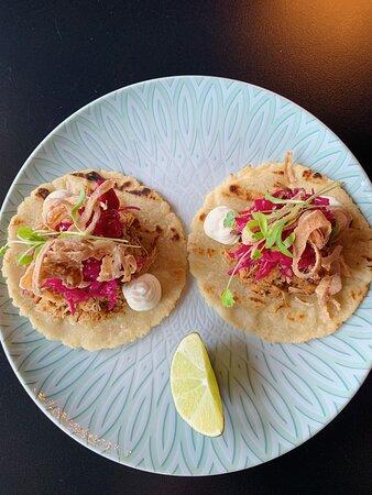 Nos délicieux tacos de porc! Promis, ils sont aussi bon que nos fameux fish tacos ;) Avec crème fraîche, chou rouge mariné et oignons rouges frits vous ne vous tromperez pas.