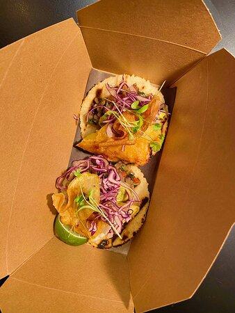 Nos fameux fish tacos! Les accompagnements sont sujets à changement mais ils restent toujours aussi bon avec leurs filet d'aiglefin, chips de pomme de terre et tortillas de maïs maison.