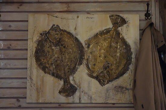 Отличное оформление. Даже только ради него стоит зайти. Картины и наброски разных рыб и других обитателей моря. Некоторые стены полностью декорированы раковинами моллюсков, но без пафоса, по-простому. Судовые фонари и пр. колоритные штуки.