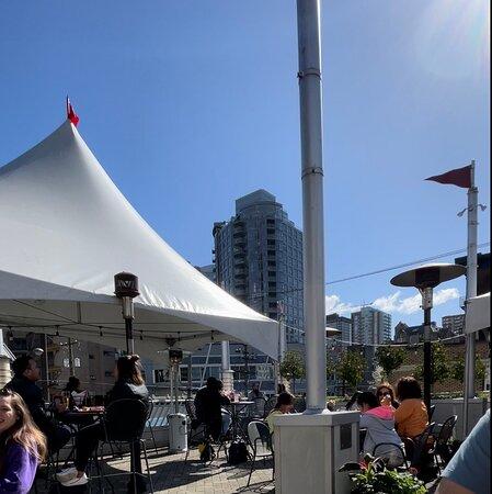 Red Robin Downtown  Las mejores hamburguesas de Vancouver, deliciosas y las papas a la francesa lo máximo!! Si vienes por acá no te las pierdas.👍
