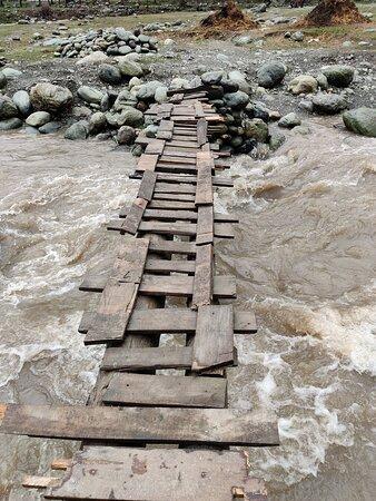Laripora, India: A local bridge over Lidder River