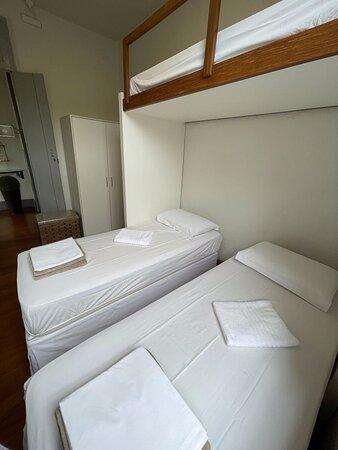 Quarto Privativo com ar condicionado e banheiro externo.