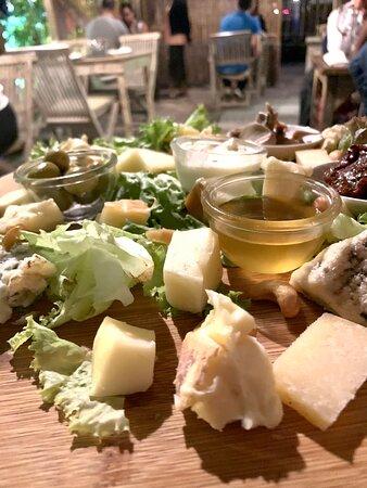 Tagliere Formaggi italiani con verdure Mixed italian cheese