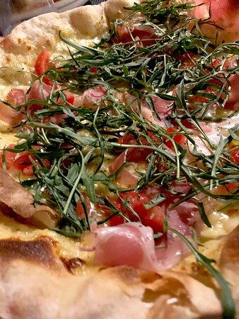Pizza Italiana Mozzarella, parma ham, rocket & fresh tomatoes