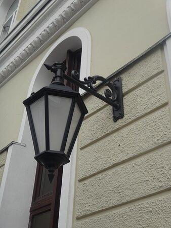 Старинный фонарь на фасаде