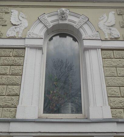 Лепное украшение арочного окна