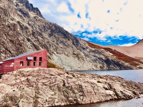 Refugio Segré, al borde la laguna.