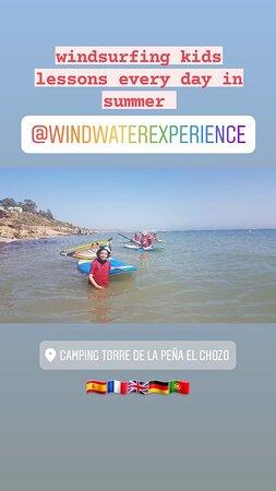 Cursos de windsurf en Tarifa todo los días en verano en el camping torre de la peña para los acampados.
