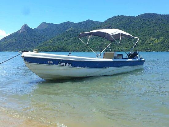 Embarcação para 15 passageiros, ótima opção de passeios em Paraty!