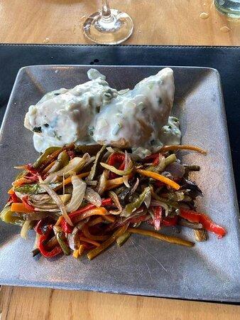 Pechuga rellenas con crema al verdeo y verduras salteadas