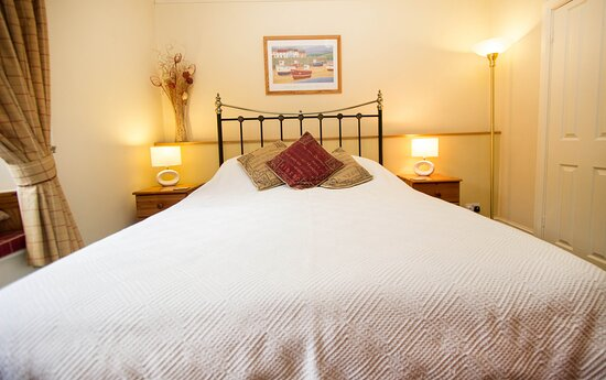 Stylish double room with a king size bed and compact ensuite shower room. Named kingfisher, this room looks out toward the Looe River and woodlands of the Looe River Valley.