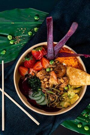 Opção Monte Seu Poke - Base de Quinoa, Camarão, molho teriaki, avocado lime, cenoura, beterraba, pepino japonês, morangos, Fresh Yogurt, spycemayo, crispy de alho poró, crispy de couve, ervilhas de wassabi e milho peruano