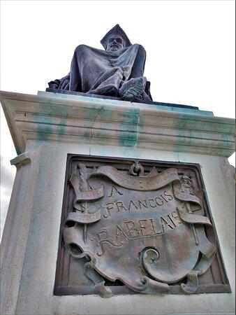 Cette statue honore un enfant du pays, écrivain merveilleux à la verve truculente qui ravit les petits et les grands.  Pour en savoir plus, n'hésitez pas à visiter le Musée Rabelais.