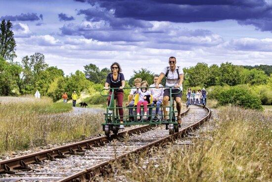 A 10 min seulement de Béziers, le Vélorail du canal du Midi vous propose une balade en pédalorail où vous pourrez circuler librement sur d'anciennes voies ferrées et découvrir en toute tranquillité un patrimoine chargé d'histoire.